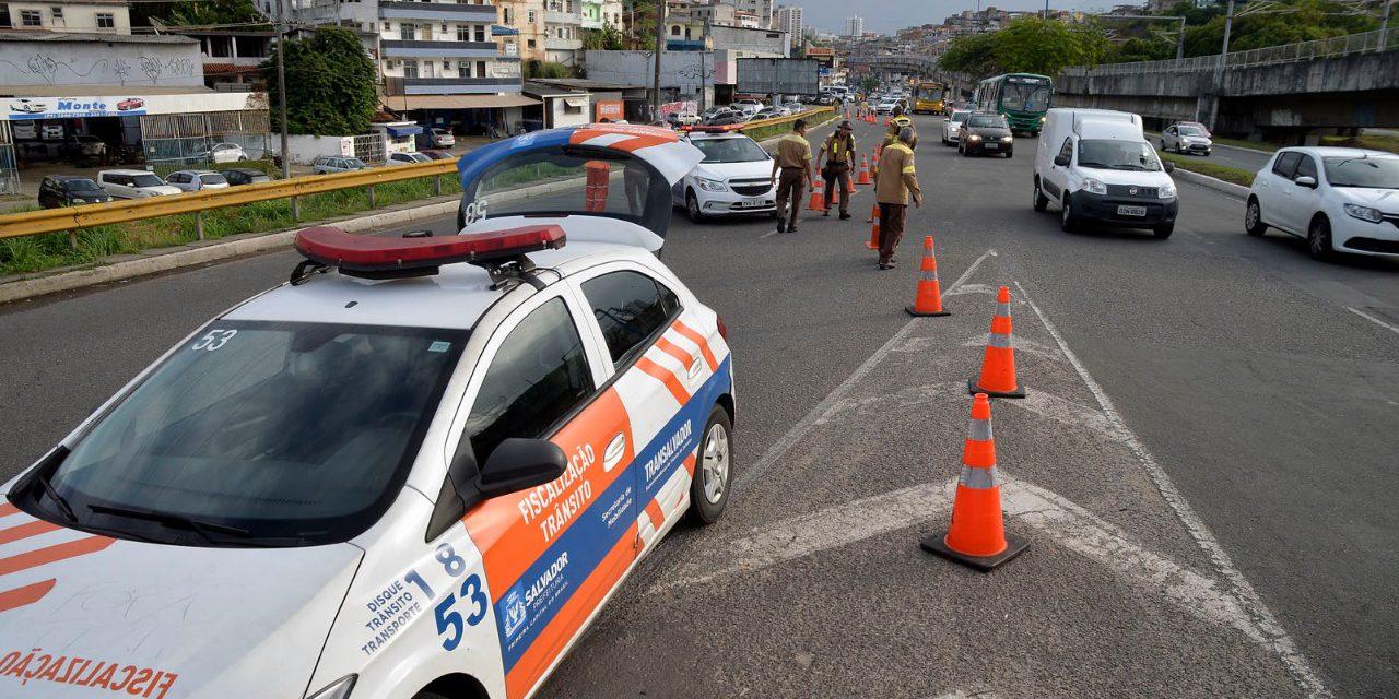 Transalvador multa veículos de manifestantes na região do Shopping da Bahia
