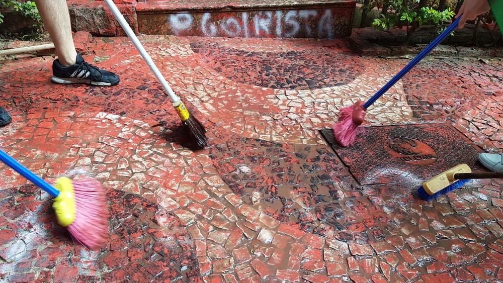 Grupo limpa prédio de Cármen Lúcia em BH, após pichações