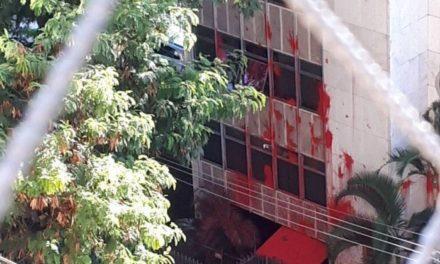 MST ataca prédio de Cármen Lúcia em BH com tinta vermelha