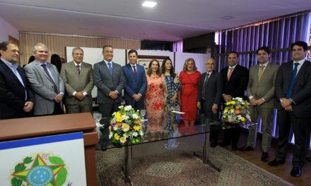 Governador assina projeto que estimula conhecimento sobre a democracia em escolas