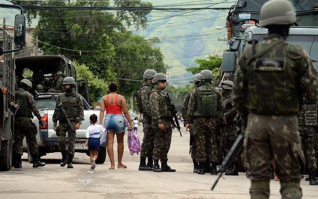 Resultado de imagem para Forças Armadas fazem operações em Jacarepaguá, no Rio