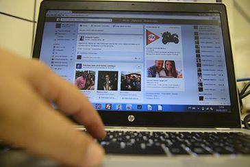 Pesquisa diz que 95% dos internautas navegam na web enquanto veem TV