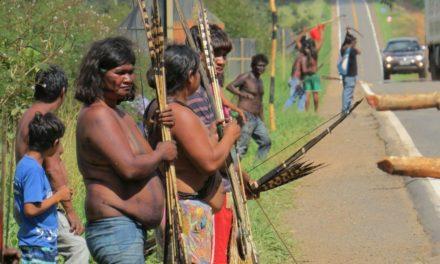 Com arcos e flechas, índios bloqueiam rodovia, cobram pedágio e ameaçam PRF em MT
