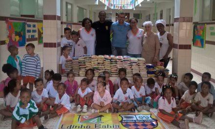Policial do Graer doa alimentos para crianças de Boa Vista do Lobato