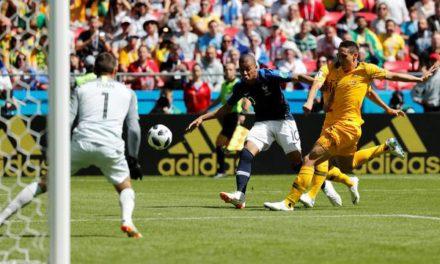 Com uso da tecnologia, França vence Austrália em jogo que entra para a história das Copas