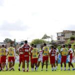 Com o foco no Paraná parte do elenco do Bahia treinou com bola nesta segunda