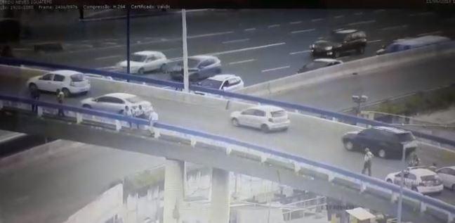 Agente da Transalvador resgata homem que ameaçava pular de viaduto