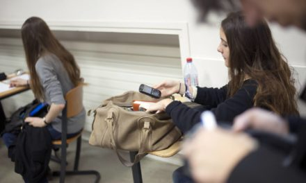 Sem celular até os 15 anos: França quer lei para proibir telefone nas escolas