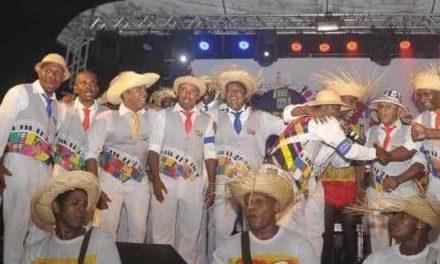 Garcia recebe desfile solidário em clima de samba junino