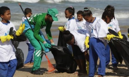 Itapuã é alvo de operação especial de limpeza na praia