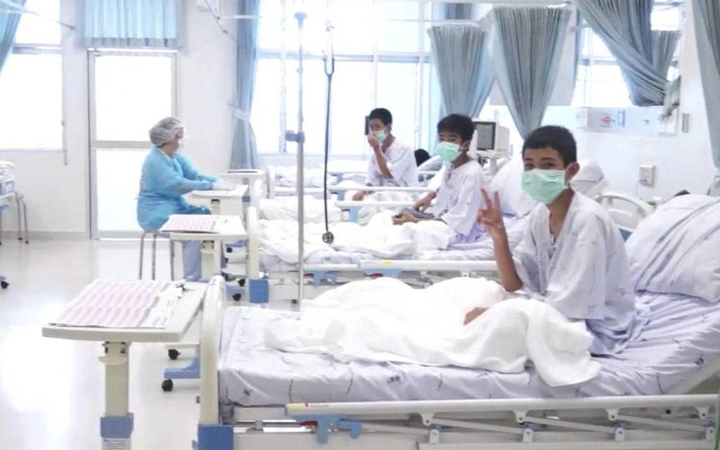 Imagens mostram meninos resgatados de caverna se recuperando em hospital