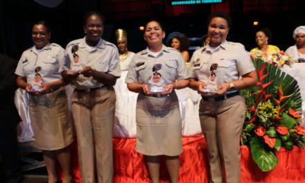 """PMs femininas do Grupo de Teatro recebem o Prêmio """"Mulheres Negras Contam Sua História"""""""