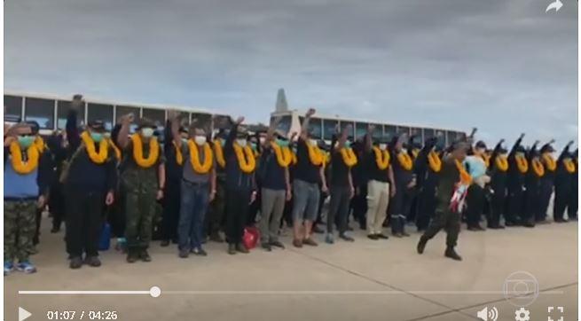 Militares tailandeses que trabalharam no resgate dos meninos da caverna recebem homenagem na volta para casa