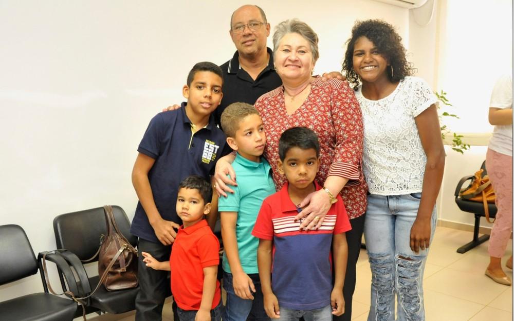 Casal adota cinco irmãos de 4 a 14 anos para evitar que eles fossem separados, em Cidade Ocidental