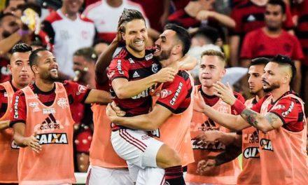 Flamengo vence o Vitória no Maracanã e cola nos líderes do Brasileirão