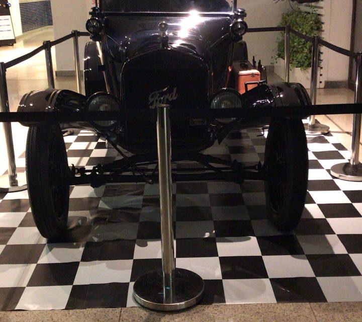 Exposição de carros antigos no Shopping da Bahia