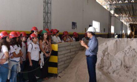 Alunos do Colégio Vieira visitam sede da Desal em Pirajá