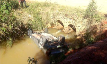 Avô pulou em riacho para tentar salvar neta após carro cair na água; jovem e rapaz morreram