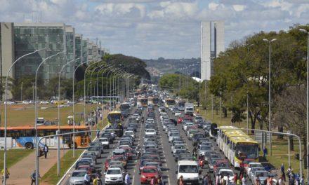 Mesmo planejada, Brasília convive com congestionamentos no trânsito