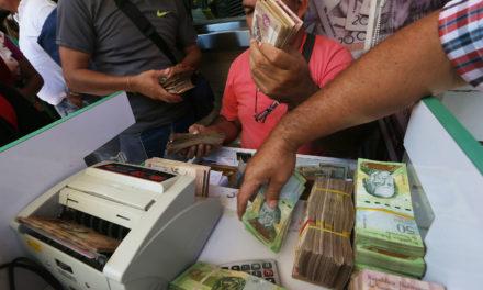 Venezuela corta cinco zeros das notas de dinheiro e lança pacote