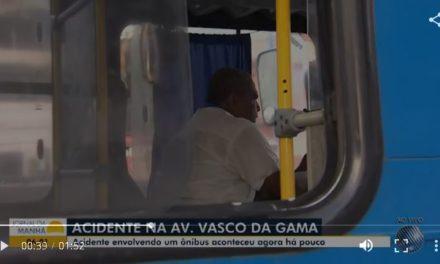 Motorista desvia de pedestre em pista e ônibus bate em canteiro central da Av. Vasco da Gama; dois ficam feridos
