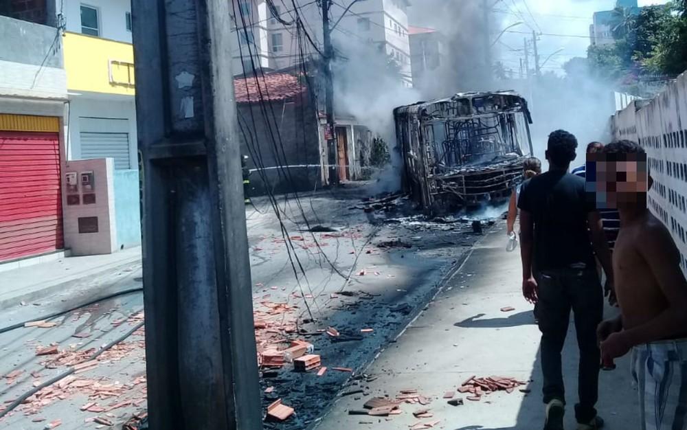 Cinco dias após ônibus ser incendiado, rua no Jardim das Margaridas segue sem coletivos e tem morte de outro jovem