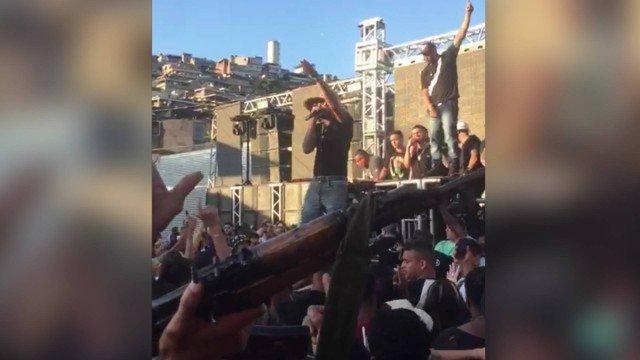 MC candidato a deputado aparece em vídeo cantando em baile com homens armados