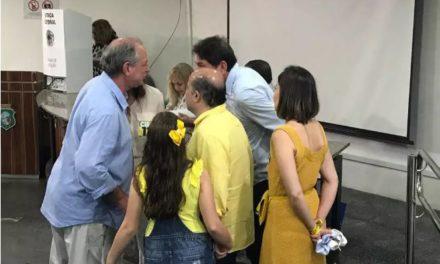Ciro vota em Fortaleza e fala em segundo turno