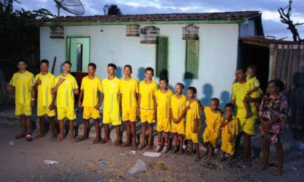 Casal com 13 filhos com nomes iniciados com a letra 'R', em tributo a ex-jogadores, espera 14º menino e quer 'manter tradição'