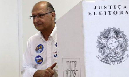 """""""Hoje é o dia maior da democracia"""", diz Alckmin após votar em SP"""