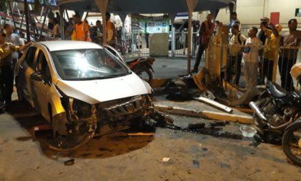 Homem é detido após perder controle de direção, atravessar pista e bater carro em duas motos em Lauro de Freitas
