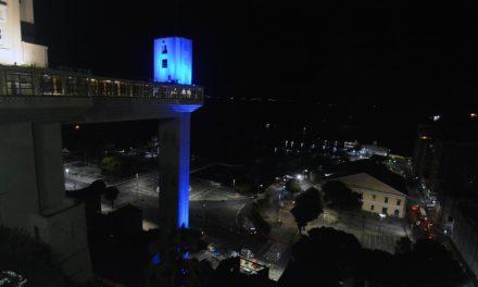 Elevador Lacerda fica iluminado em adesão ao Novembro Azul