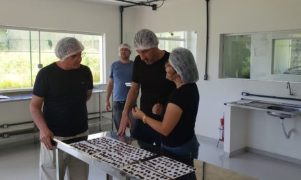 Fábrica-Escola de Chocolate em Ilhéus recebe visita de empresário e dono da Cacau Show