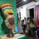 Mostra de turbantes de Negra Jhô reverencia ancestralidade no Museu Udo Knoff