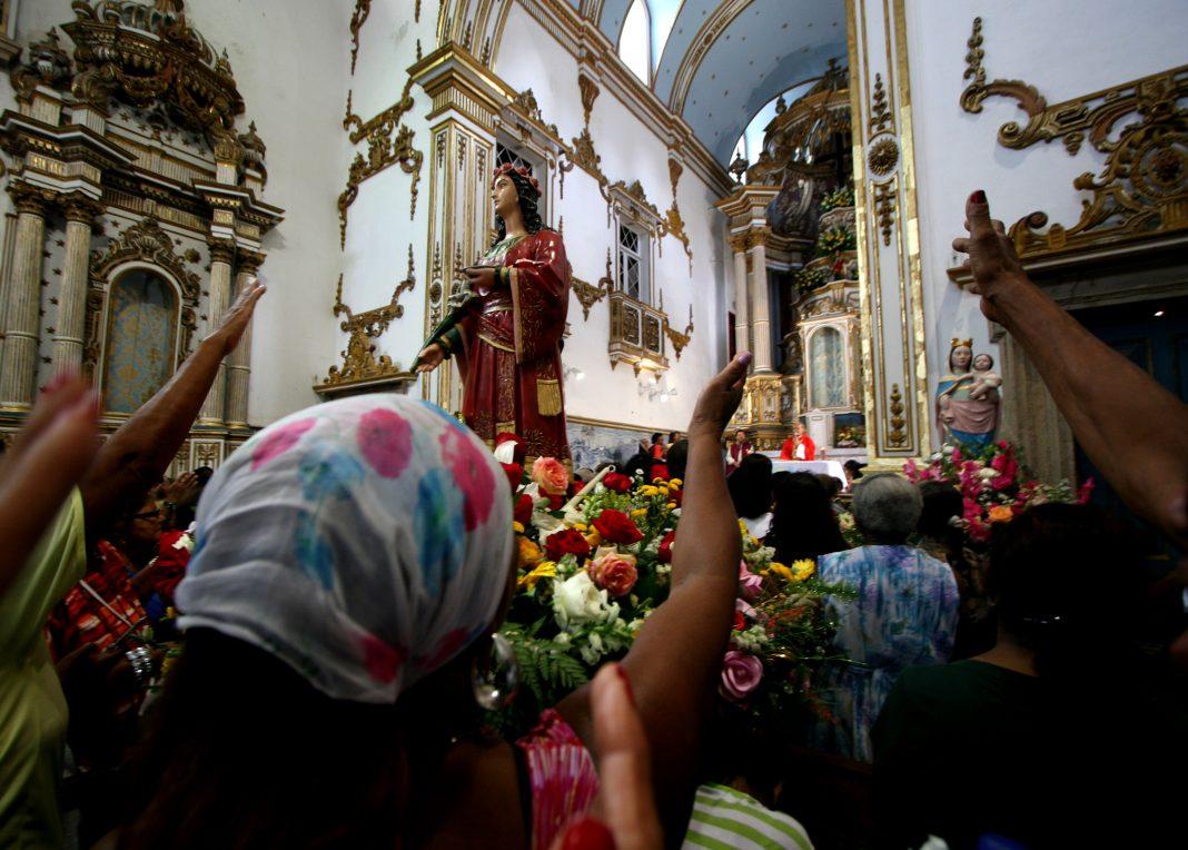 Santa Luzia é venerada em Salvador como provedora de milagres - Farol News 35f010699db9a